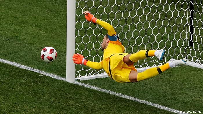 Уго Льоріс рятує ворота після удару Мартіна Касераса