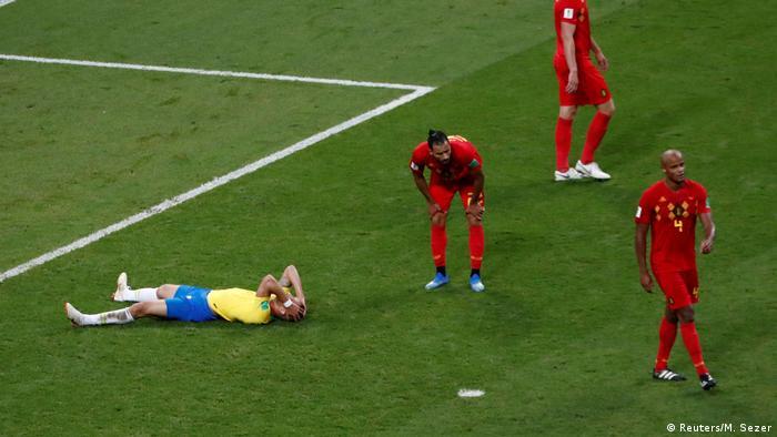 No fim da partida, Renato Augusto leva as mãos à cabeça, após desperdiçar uma chance clara de empatar o jogo