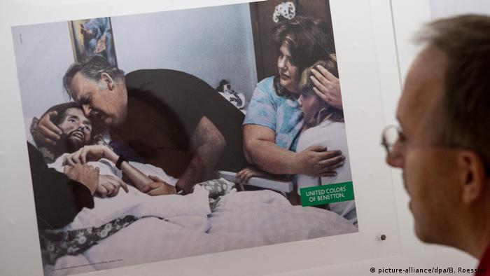 Benetton ad with AIDS victim (picture-alliance/dpa/B. Roessler)