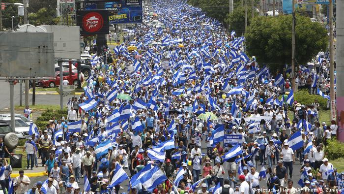 Nicaragua, Managua March of Flowers (picture-alliance/AP Photo/A. Zuniga)
