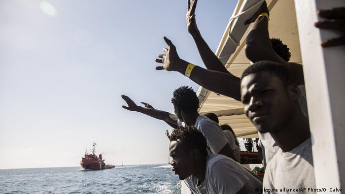 Migrants aboard the Open Arms aid boat (picture alliance/AP Photo/O. Calvo)