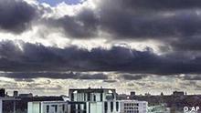 Ein Sturmtief jagt am Dienstagnachmittag, 19. Februar 2002, ueber das Kanzleramt in der deutschen Hauptstadt Berlin und treibt dunkle Wolken vor sich her. Das Tief Xanthia praesentiert Aprilwetter mitten im Februar. Von Regen bis Schnee, von fruehlingshaften Temperaturen bis Frost gibt es das ganze Spektrum bis zum Wochenende. (AP Photo/Fritz Reiss)