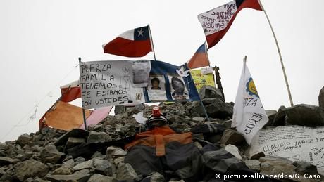 Rocks, the Chilean flag and pictures of the miners (picture-alliance/dpa/G. Caso)