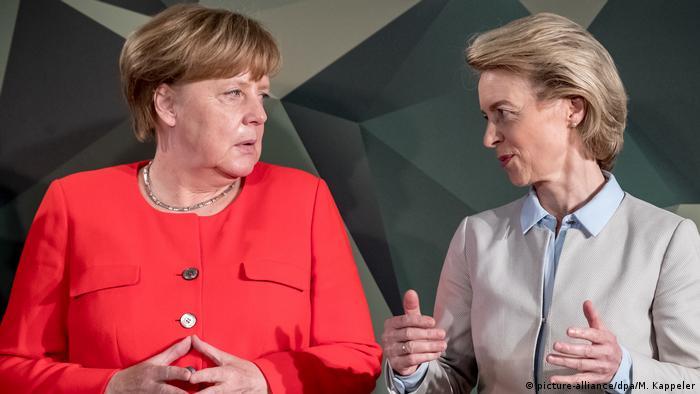 Deutschland Bundeswehrtagung in Berlin | Angela Merkel & Ursula von der Leyen (picture-alliance/dpa/M. Kappeler)