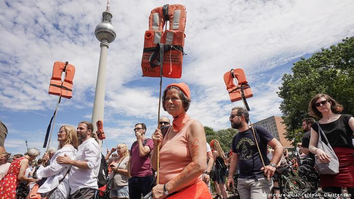 Protesters hold up life jackets at a protest in Berlin to support migrant rescue operations in the Mediterranean (picture-alliance/dpa/J. Carstensen)
