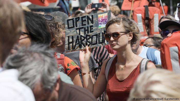 A protester holds a sign reading: Open the harbors at a protest in Berlin to support migrant rescue operations in the Mediterranean (picture-alliance/dpa/J. Carstensen)