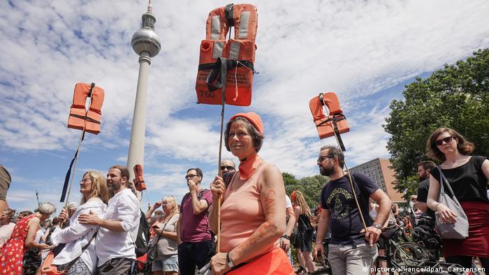 تظاهرات هزاران نفر در برلین در حمایت از امدادرسانی به پناهجویان در دریای مدیترانه، شنبه هفتم ژوئیه ۲۰۱۸
