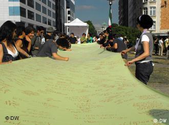 امضای طومار توسط شرکتکنندگان تظاهرات در بروکسل