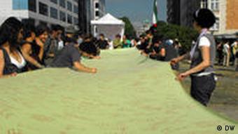 طوماری در دفاع از جنبش اعتراضی در ایران که قرار است از برج ایفل آویخته شود