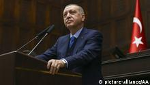 ANKARA, TURKEY - APRIL 24: President of Turkey and the leader of the Justice and Development Party (AK Party) Recep Tayyip Erdogan delivers a speech during AK Party's parliamentary group meeting at the Grand National Assembly of Turkey (TBMM) in Ankara, Turkey on April 24, 2018. Orhan Karsli / Anadolu Agency | Keine Weitergabe an Wiederverkäufer.