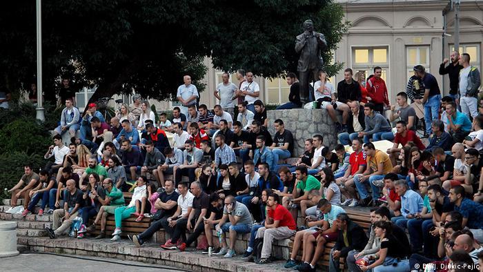 Okupljene Nišlije gledaju utakmicu na otvorenom