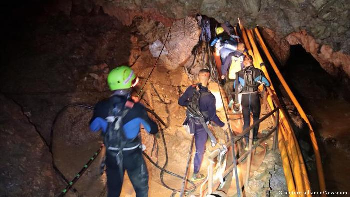 Members of the rescue team make their way through the cave (picture-alliance/Newscom)