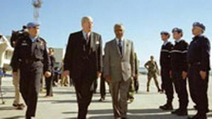 Kofi Annan bei einer UN Polizei Inspektion in Bosnien