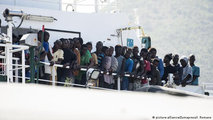 Frontex ship with migrants from mainly African countries, archive picture from June 2017 (picture-alliance/Zumapress/I. Romano)