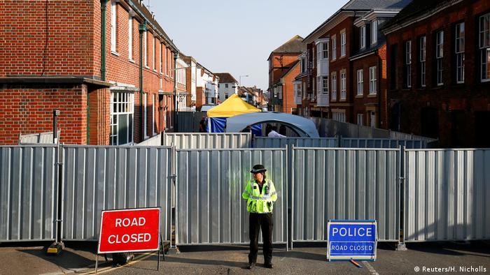 Заблокированная улица в Эймсбери рядом с домом жертв отравления
