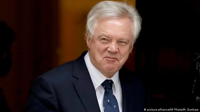 David Davis grimaces while leaving Downing Street 10 in London (picture-alliance/AP Photo/M. Dunham)