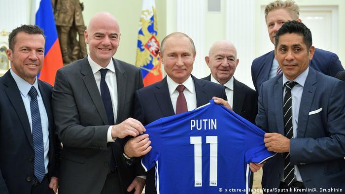 普丁獲贈國際足球總會主席因凡蒂諾贈送的11號球衣