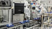 --FILE--Chinese workers produce lithium battery on the assembly line at a factory of Contemporary Amperex Technology Co (CATL) in Ningde city, southeast China's Fujian province, 10 January 2018. China's securities regulator has approved an IPO application from a leading battery company CATL in record time, and more Chinese unicorns are expected to be on fast track for domestic listing. The move signals Chinese regulator's support for innovative enterprise fund raising within the domestic capital market. The China Securities Regulatory Commission (CSRC) approved Contemporary Amperex Technology Co Ltd (CATL)'s 13.1-billion-yuan initial public offering (IPO) at a meeting on April 4, creating a new record setting IPO approval by completing the whole process in just 24 days after the IPO was pre-disclosed, according to Xinhua. The result came several days after a pilot program to support innovative companies' domestic listing and issuance of China Depositary Receipts (CDRs) was unveiled. Foto: Duan Changzheng/Imaginechina/dpa |