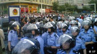 Polizisten und Demonstranten (Foto: AP)
