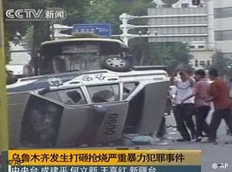 Umgestürztes Auto in Urumqi (Foto: AP)