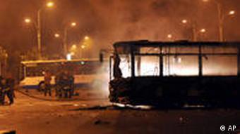 Nächtliche Straßenszene mit ausgebrannen Bussen(Foto: AP)