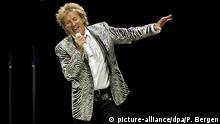 ARCHIV - Der britische Sänger Rod Stewart steht am 14.05.2016 imZiggo Dome in Amsterdam (Niederlande) auf der Bühne. (zu dpa: Rod Stewart stellt Enthauptung nach und entschuldigt sich vom 04.03.2017) Foto: Paul Bergen/ANP/dpa +++(c) dpa - Bildfunk+++  