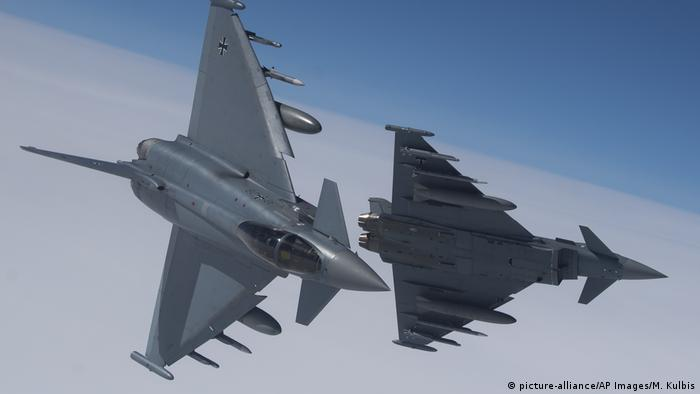 German Eurofighter Typhoon jets (picture-alliance/AP Images/M. Kulbis)
