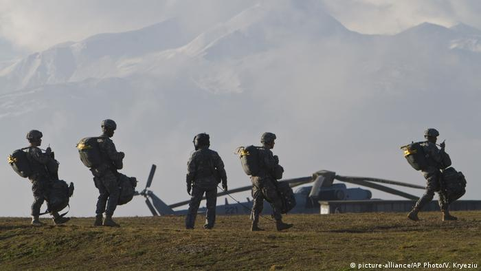 Američki padobranci, iza njih helikopter