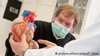 Transplantationspatient Nikolaus Dominik hat ein neues Herz (picture-alliance/dpa/T. Hase)