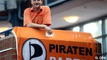 Jens Seipenbusch blickt am Samstag (04.07.2009) auf dem Bundesparteitag der Piratenpartei in Hamburg in die Kamera des Fotografen. Seipenbusch wurde zum neuen Bundesvorsitzenden der Partei gewählt. Der Physiker aus Münster setzte sich gegen zwei Gegenkandidaten durch. Mit ihm an der Spitze wollen die Piraten bei der Wahl am 27. September über die Fünf-Prozent-Hürde kommen und in den Bundestag einziehen. Foto: Kay Nietfeld dpa/lno +++(c) dpa - Report+++