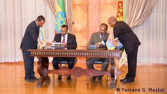 Os presidentes da Etiópia e da Eritreia assinam, em 2018, o histórico acordo de paz