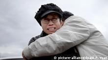 ARCHIV - 09.06.2013, China, Peking: Liu Xia, die Witwe des Friedensnobelpreisträgers Liu Xiabobo, wird von einem Angehörigen vor dem Gefängnis in Huairo, in dem der Bruder der Witwe inhaftiert ist, getröstet. (zu dpa UN-Appell an China: Witwe von Friedensnobelpreisträger freilassen am 04.07.2018) Foto: Alexander F. Yuan/AP/dpa +++ dpa-Bildfunk +++  
