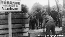 +++ Bildergalerie Das bringt der August +++ 1961: Soldiers building the Berlin Wall as instructed by the East German authorities, in order to strengthen the existing barriers dividing East and West Berlin. (Photo by /Getty Images)