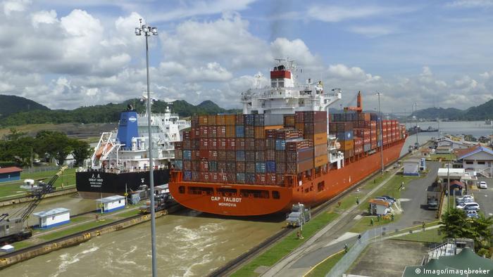 Navio atravessa canal do Panamá