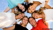 +++ Bildergalerie Das bringt der August +++ group of young people happily and closely hugging skyline