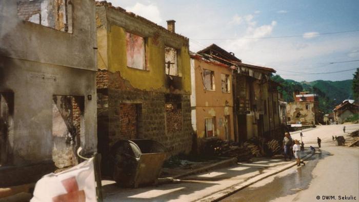 Rua com prédios em ruínas