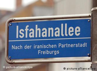 Ein Straßenschild der Isfahanallee in Freiburg weist auf die Städtepartnerschaft zwischen Freiburg und der iranischen Stadt Isfahan hin (Foto vom 12.01.2006, Foto: dpa)