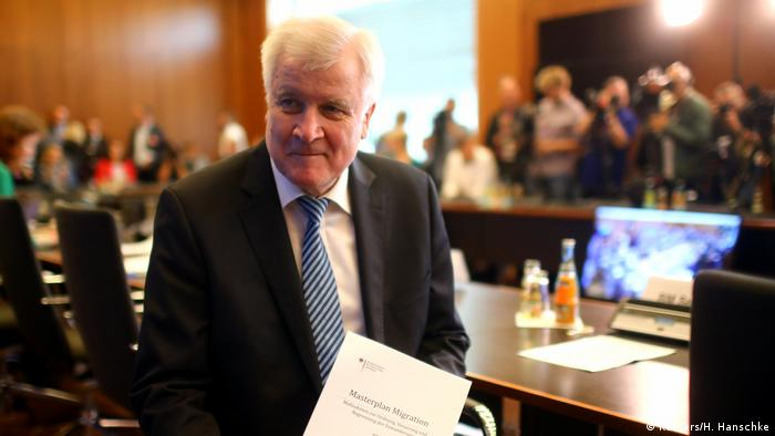 Horst Seehofer in Berlin (Reuters/H. Hanschke)