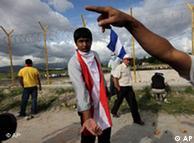 Un simpatizante de Zelaya muestra las balas en el aeropuerto de Tegucigalpa.