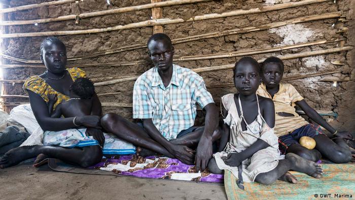 Okwalla OChang Cham with his family (photo: DW/T. Marima)