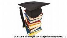 Doktorhut auf einem Buecherstapel, Symbolfoto fuer Bildung und Kompetenz | graduation cap on a stack of books, symbol picture for education and competence | Verwendung weltweit