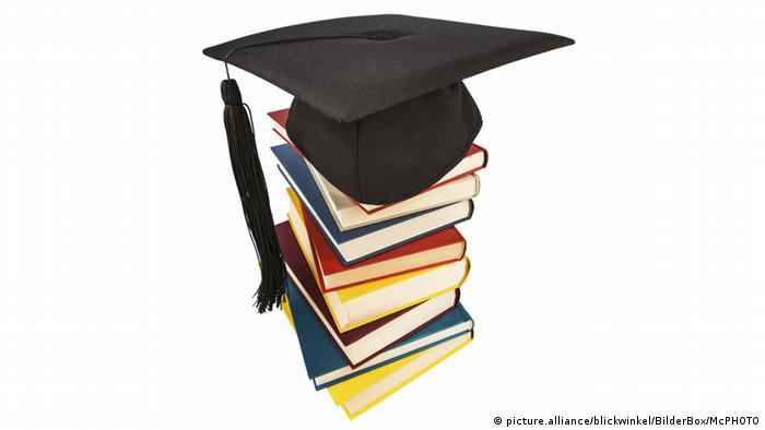 Stack of books with graduation hat on top (picture.alliance/blickwinkel/BilderBox/McPHOTO)
