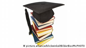 Doktorhut auf einem Bücherstapel (picture.alliance/blickwinkel/BilderBox/McPHOTO)
