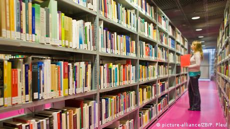 Long shelf of library books (picture-alliance/ZB/P. Pleul)
