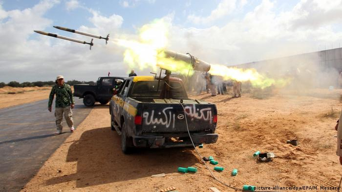 Libyan rebels fire missiles (picture-alliance/dpa/EPA/M. Messara)