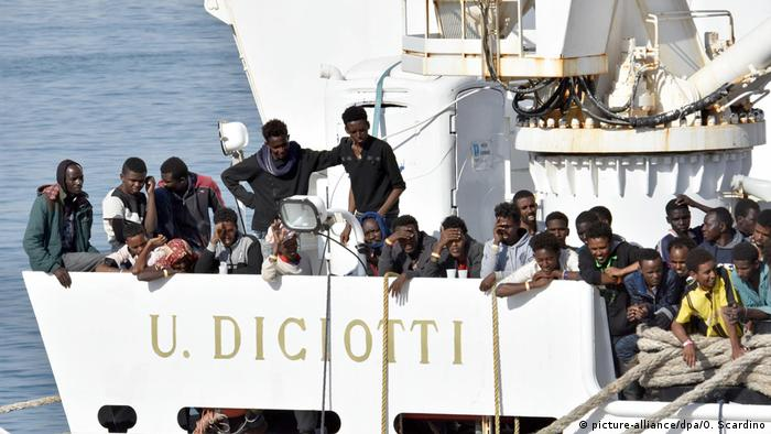 A boat with over 900 asylum-seekers in Italian waters (picture-alliance/dpa/O. Scardino)