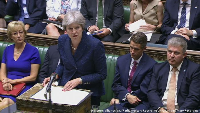 British Prime Minister Theresa May delivering her statement on Brexit to the House of Commons (picture alliance/dpa/Parliamentary Recording Unit/Parliamentary Recording)