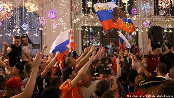 World Cup revellers dance and wave flags at Nikolskaya Street in Moscow (picture-alliance/dpa/Tass/A. Ryumin)