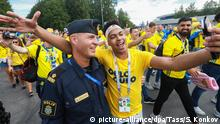 ST PETERSBURG, RUSSIA - JULY 3, 2018: A supporters of Sweden takes a selfie of himself and a Swedish police officer outside Saint-Petersburg Stadium (Krestovsky Stadium) ahead of the Round of 16 football match between Sweden and Switzerland at FIFA World Cup Russia 2018. Sergei Konkov/TASS Foto: Sergei Konkov/TASS/dpa  