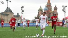 MOSCOW, RUSSIA - JULY 9, 2018: Retired Portuguese footballer Nuno Gomes (front) during a football match organized by the Naked Heart Foundation at the 2018 FIFA World Cup Park in Moscow's Red Square. Vyacheslav Prokofyev/TASS Foto: Vyacheslav Prokofyev/TASS/dpa |